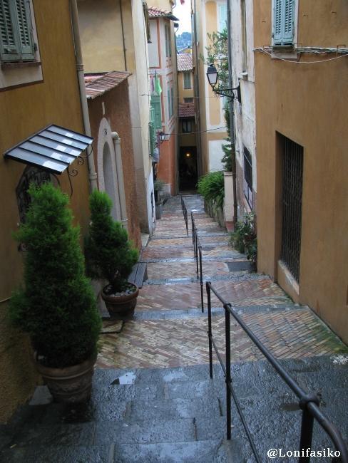 Calles empinadas, nada accesibles, del casco histórico de Villefranche
