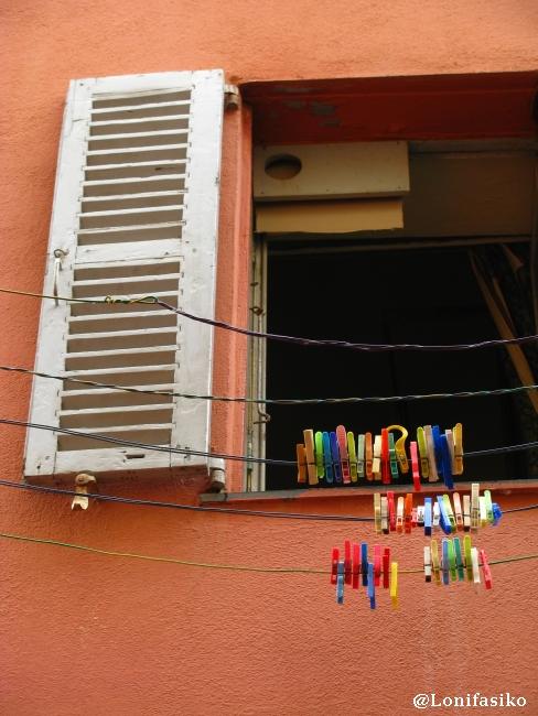 Viejos ventanales y vida cotidiana en Villefranche
