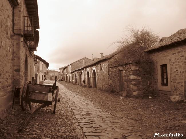 Carro en las empedradas calles de Castrillo de los Polvazares