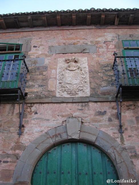 Escudo en la fachada de una casa maragata