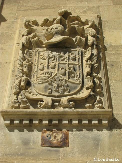 Escudo heráldico en la calle Frontín