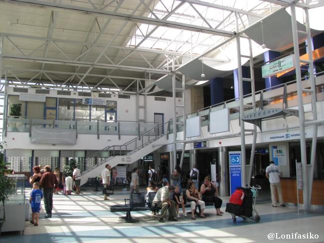 Interior de la Terminal 1 del aeropuerto de Sofía en Bulgaria