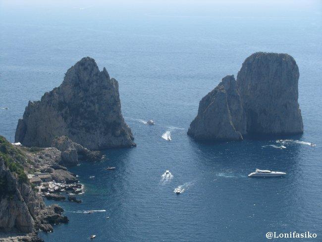 Il Faraglioni, con su canal de agua en medio de las dos rocas, típica postal de Capri