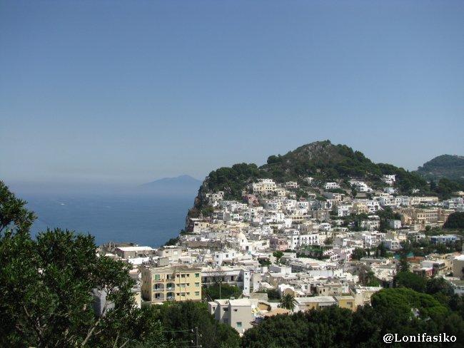 Parte alta de Capri, con el monte Vesubio al fondo a la izquierda