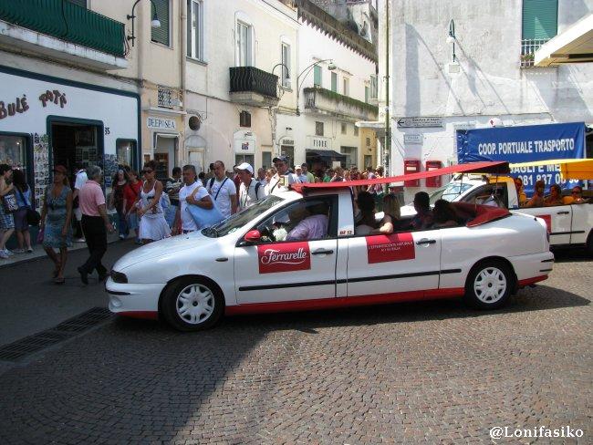 Taxis largos y descapotables característicos de Capri