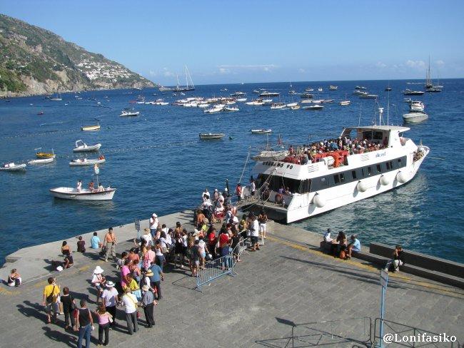 Lateral de la playa de Positano donde se coge el barco a Capri
