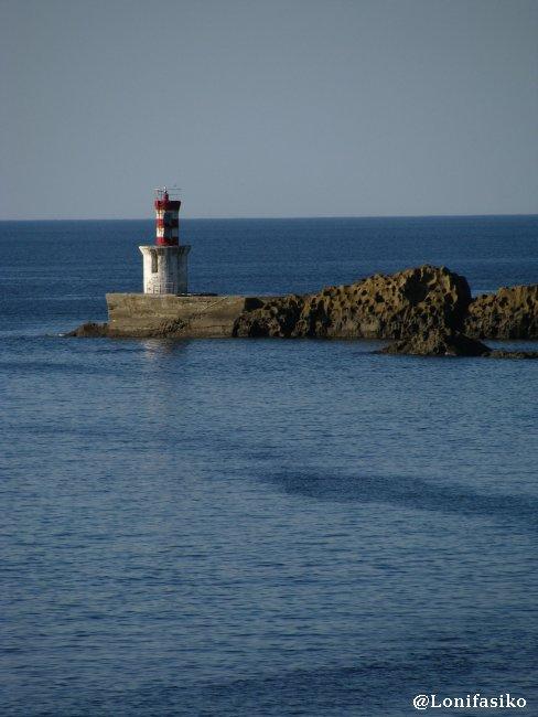 Faro y baliza de la orilla oriental de la bocana del puerto de Pasaia - Pasajes