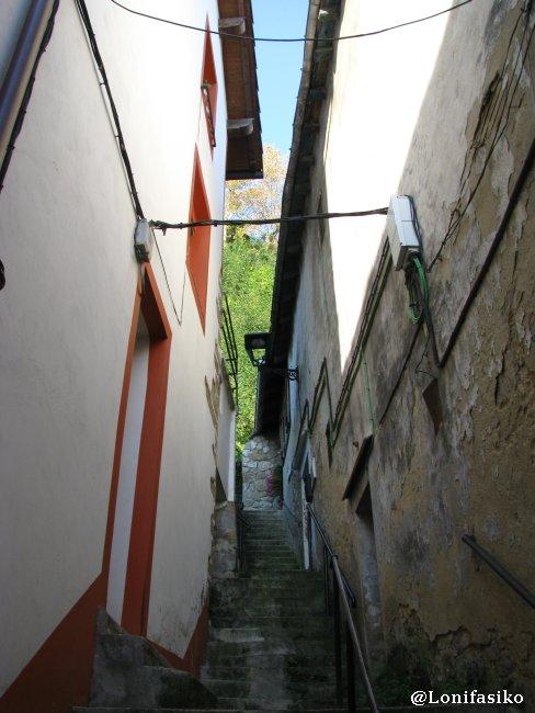 Escaleras y callejones estrechos en el casco histórico de Pasai Donibane