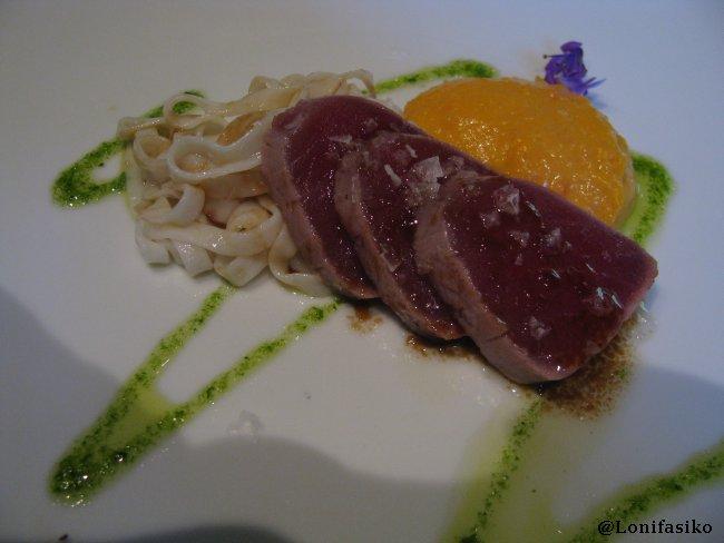 Tataki de atún rojo y tagliatelli en restaurante Akebaso
