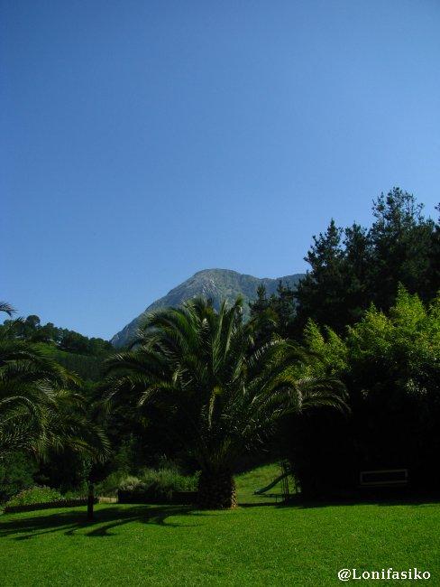Jardines del Restaurante Akebaso, con el  monte Anboto al fondo