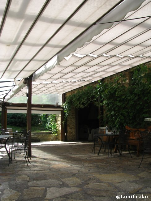 Terraza, parte con pérgola, del Restaurante Akebaso