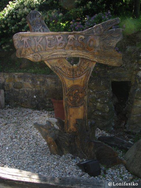 Detalle en madera en la entrada del Restaurante Akebaso