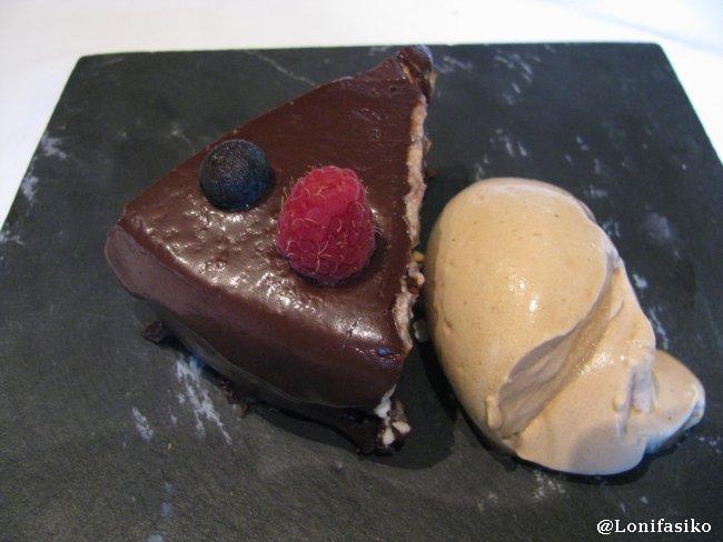 Postre de tarta de chocolate y helado de avellana en Restaurante Akebaso