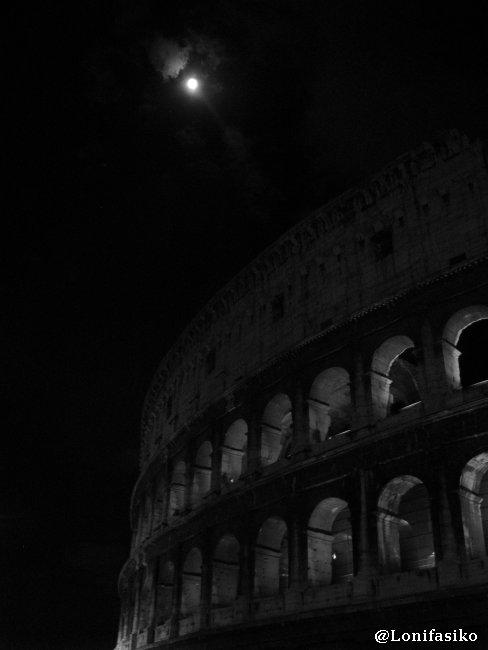 El Coliseo de Roma, de noche