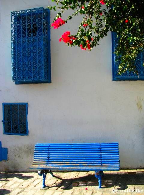 Bancos azules y solitarios que invitan a sentarse en Sidi Bou Said