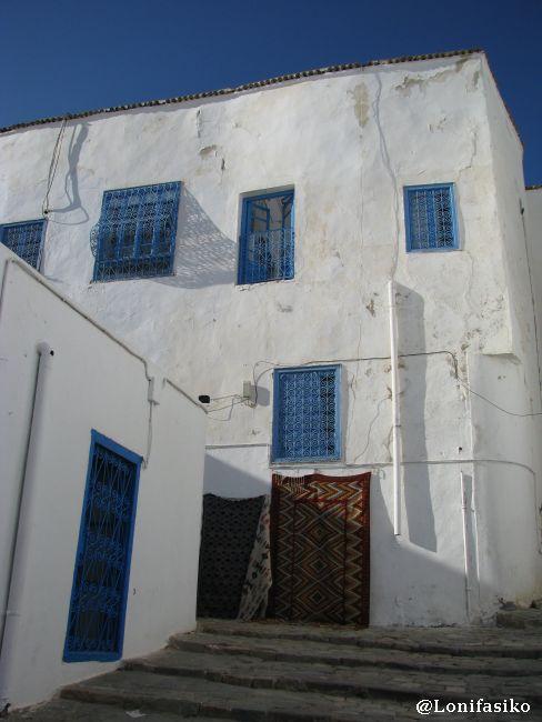 Blanco, azul y ¡alfombras a la venta! en Sidi Bou Said