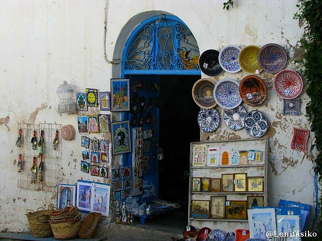 Las tiendas de souvenirs se suceden en Sidi Bou Said, en Túnez