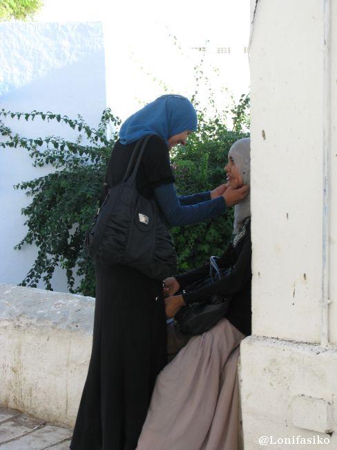 Afecto y complicidad femenina en Sidi Bou Said, un momento que me sorprendió gratamente
