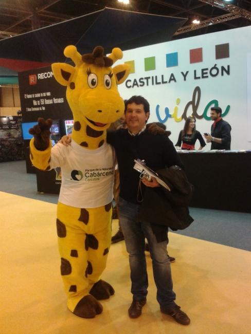Foto graciosa con la mascota jirafa de Cabárceno, en el stand de Cantabria en Fitur 2013