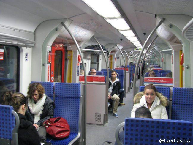 Interior del S-Bahn, una especie de metro ligero de transporte metropolitano en Munich