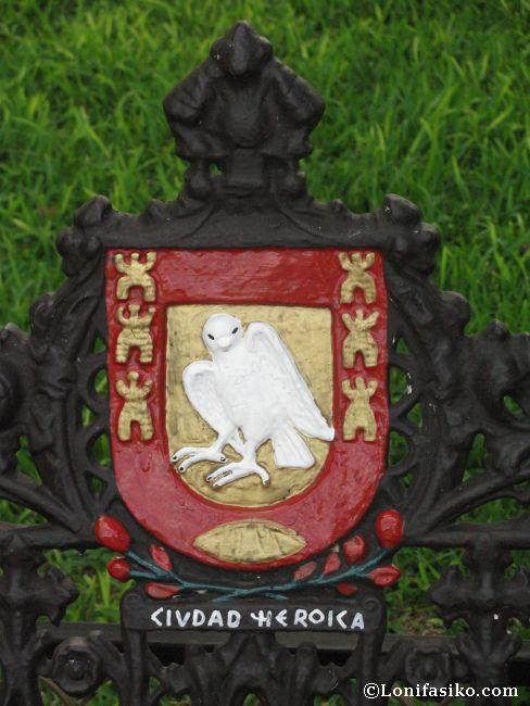 Detalles del escudo de la ciudad colonial y heroica de Valladolid, en México