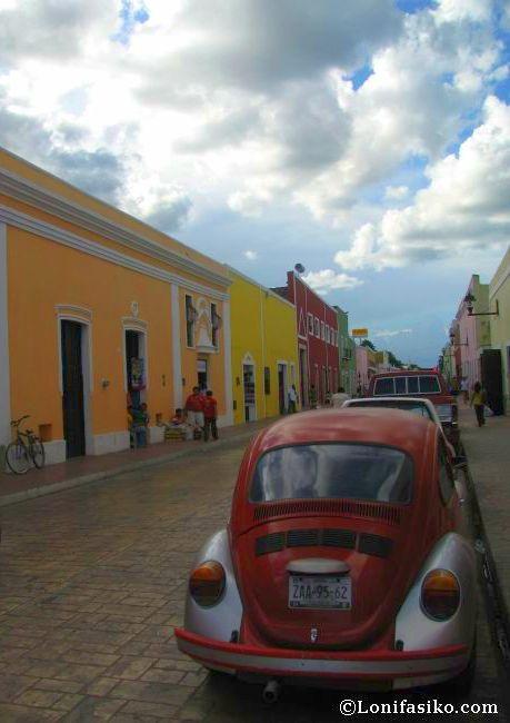 Fachadas de colores en las calles del centro de Valladolid, en México