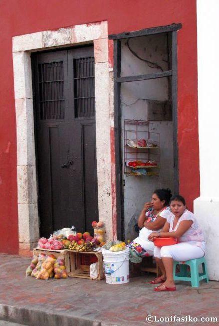 Mujeres vallisoletanas vendiendo sus productos en una improvisada tienda