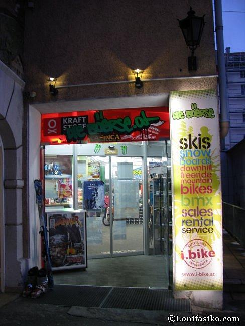 Entrada a la tienda de alquiler de material de esquí Die Böerse, en Innsbruck