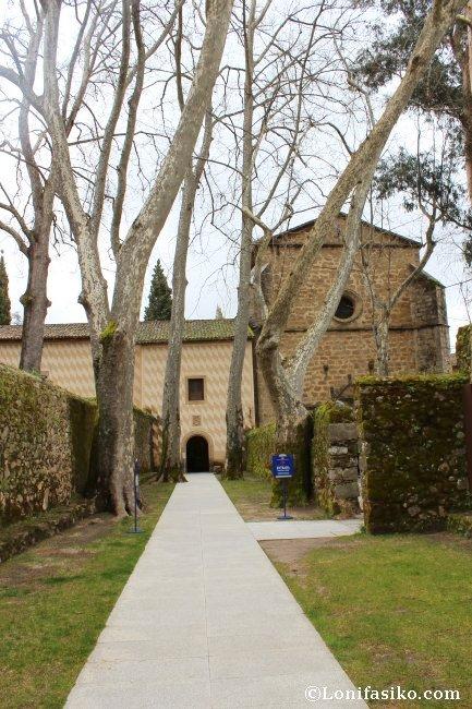 Pasillo de acceso para la visita al Monasterio de Yuste