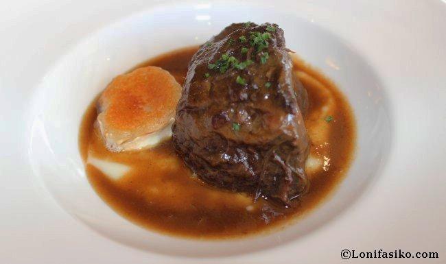 Carrillera de ternera con crema de ajo y rulo de queso de cabra en Restaurante Andra Mari