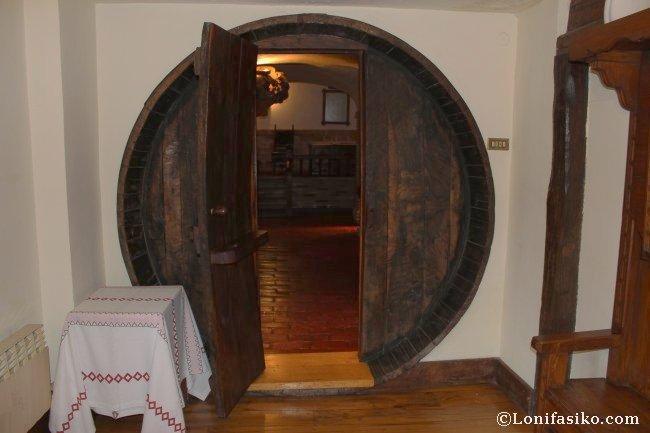 Puerta realizada reutilizando una antigua kupela, curiosidades del Andra Mari