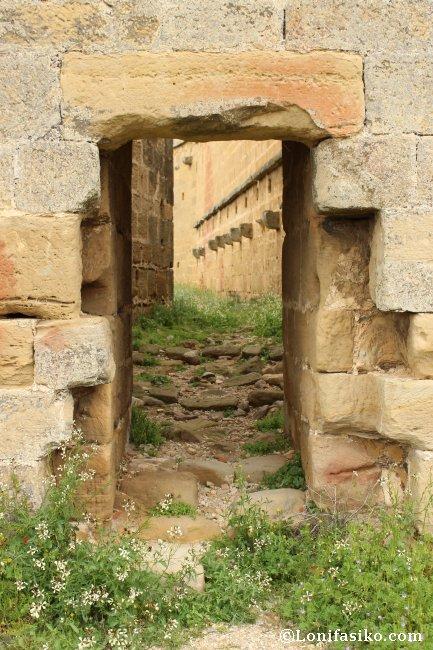 Entrada lateral, orientación noreste, del Castillo de Davalillo