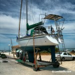 Barcos en la carretera del poblado de Sancti Petri