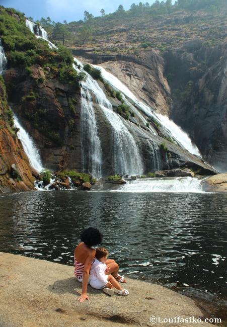 Cascada del río Ézaro con niños