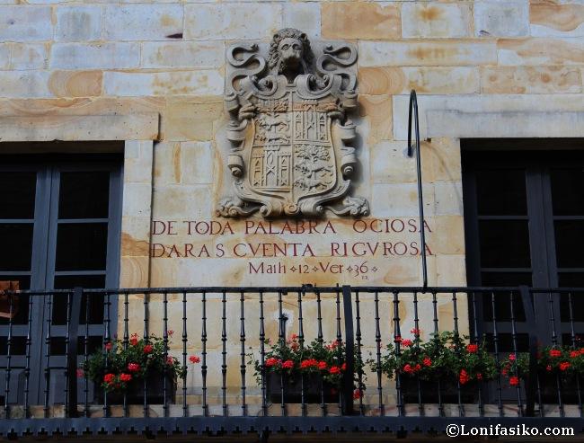 Escudo e inscripción de la fachada del ayuntamiento de Elorrio