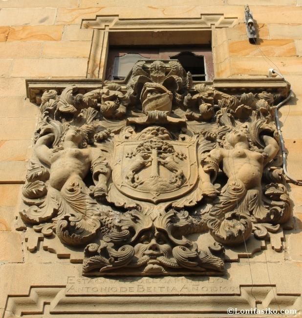 Detalle del gran escudo que preside la fachada del palacio de Aldapebeitia