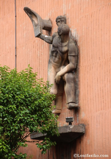 Escultura exterior en el frontón Jai Alai de Gernika