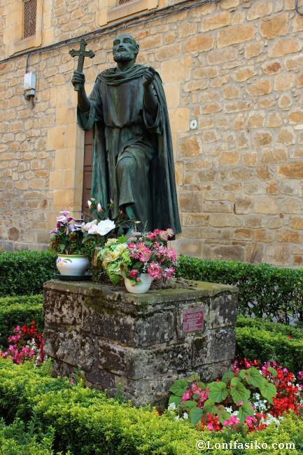 Escultura de San Valentín de Berriotxoa frente al Convento de Santa Ana