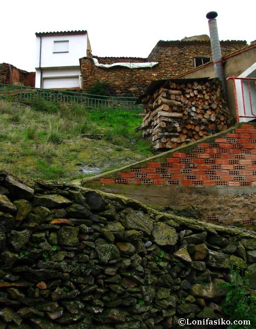 Piedra, cemento y leña, el invierno en Vozmediano, a la vera del Moncayo, es muy crudo