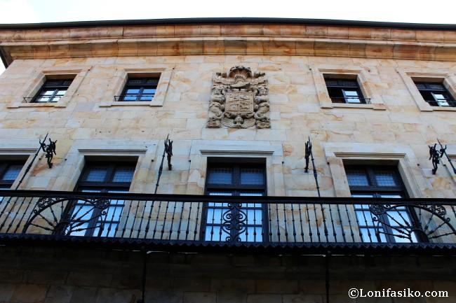 Palacio barroco de Lekerika-Otsa. Destacan el escudo de armas y la forja del balcón
