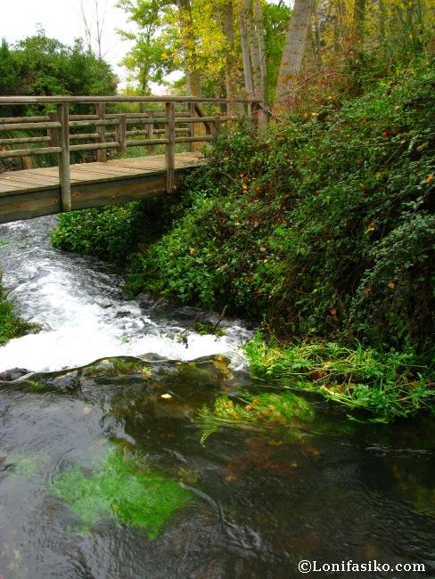 Pasarela de madera camino al nacedero del río Queiles