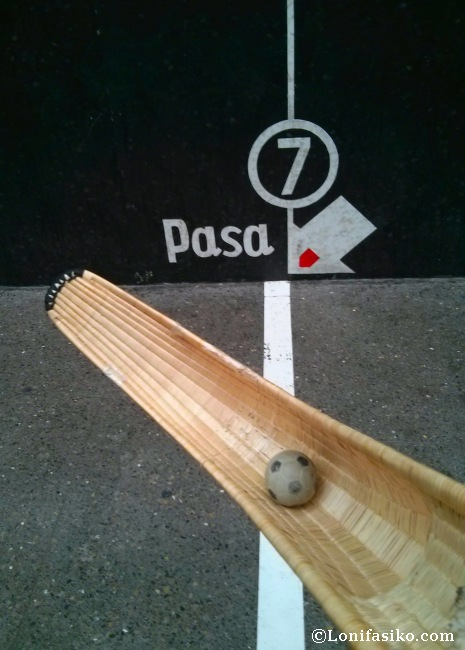 Jugar a cesta punta en el frontón Jai Alai de Gernika