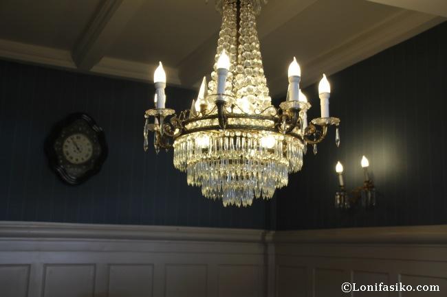 Impresionante lámpara en una zona del comedor, elegancia clásica