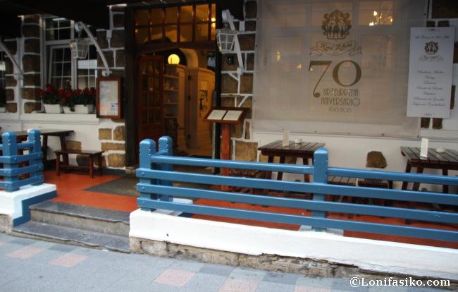 Terraza exterior y entrada al Restaurante Kai-Alde de Santurtzi