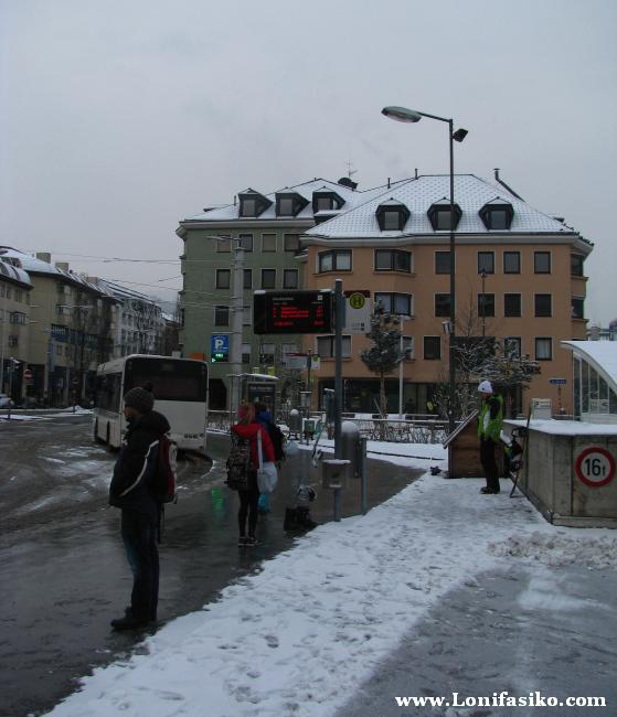 Parada de autobús de MarktPlatz en Innsbruck, por donde pasa la línea 'J'
