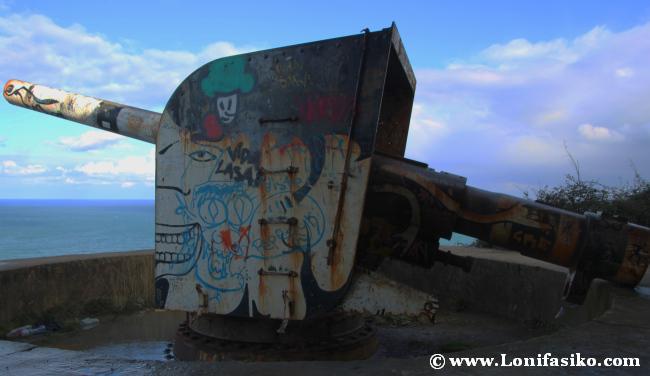 Cañón de la bateria bélica en el búnker bajo el faro de Gorliz