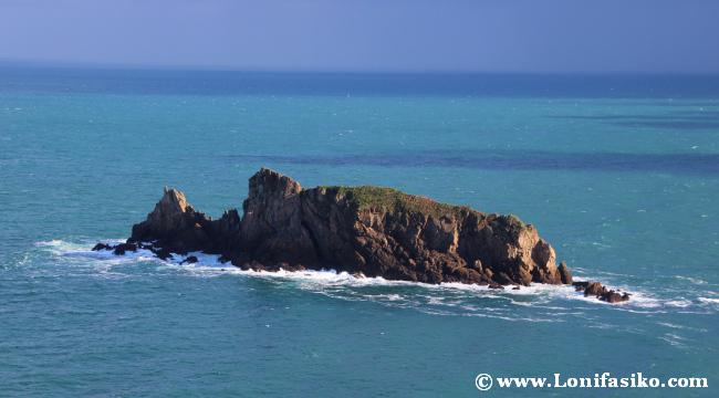 Isla Billano desde el faro de Gorliz, se dice que tiene forma de dragón
