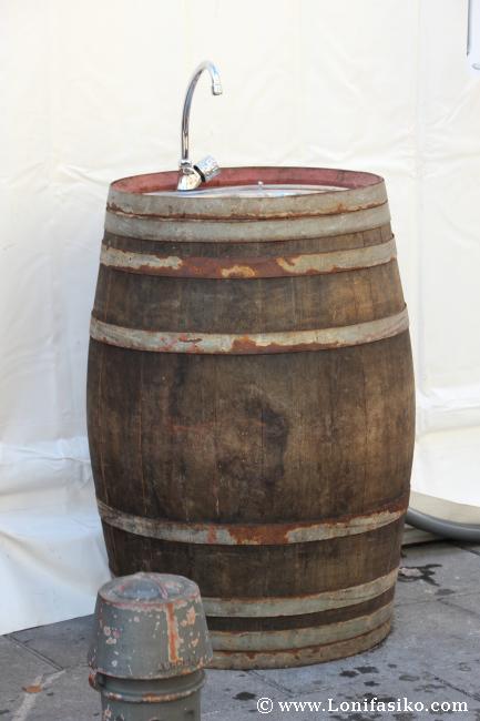 Barrica-grifo para limpiar la copa en el exterior de las carpas de Ardoaraba