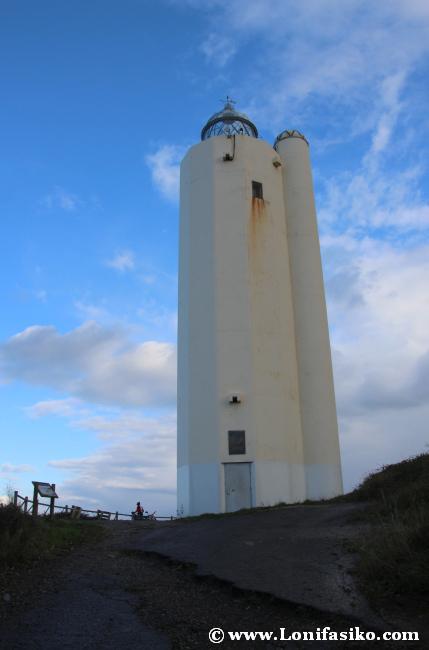 El imponente faro de Gorliz, de 21 metros de altura