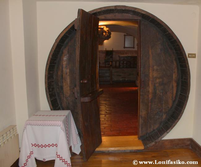 Puerta en forma de kupela en la bodega del restaurante Andra Mari